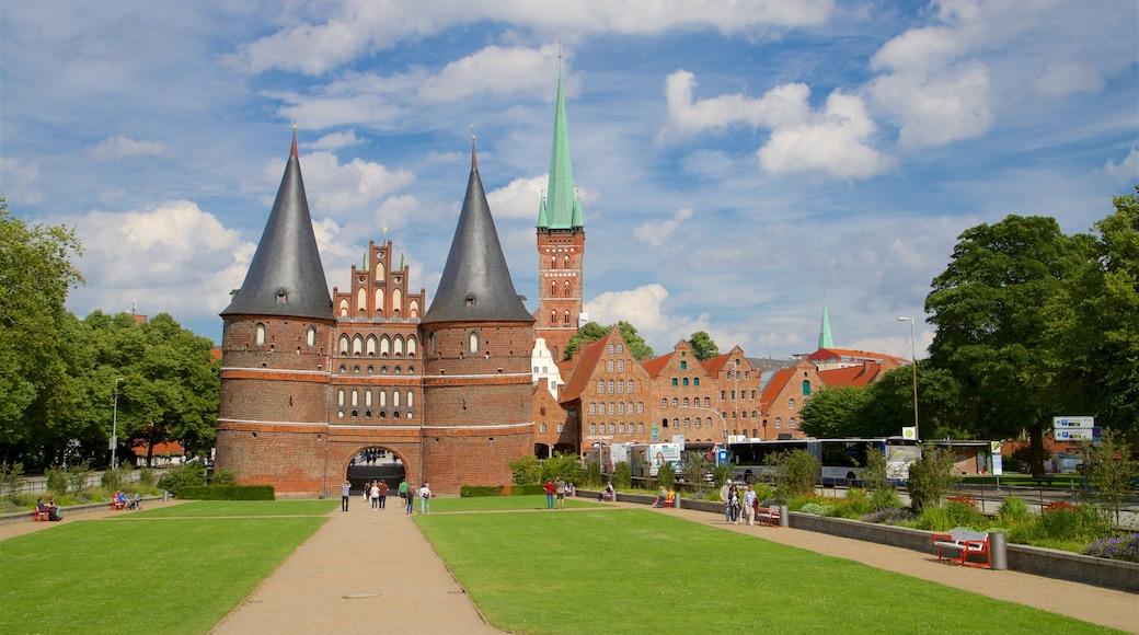 Museum Holstentor welches beinhaltet historische Architektur und Garten
