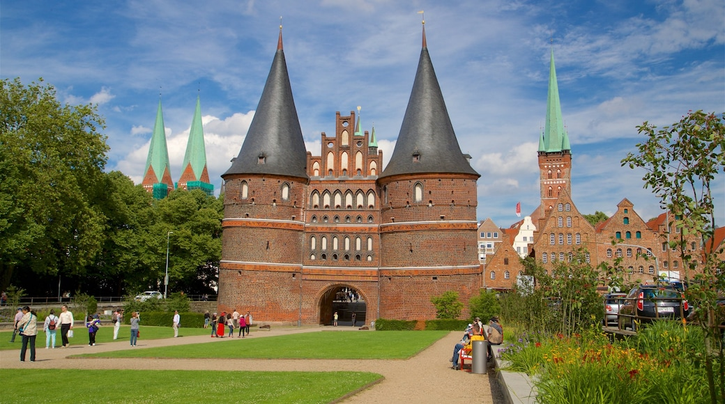 Museum Holstentor welches beinhaltet historische Architektur, Park und Wildblumen