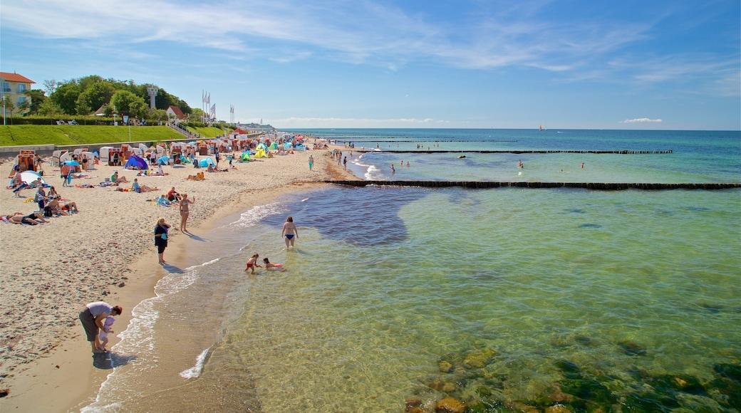 Strand von Kühlungsborn das einen Sandstrand und allgemeine Küstenansicht sowie große Menschengruppe