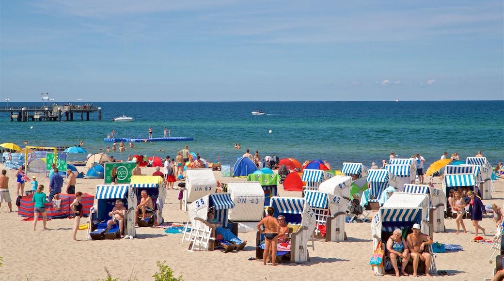 Strand von Kühlungsborn das einen Strand und allgemeine Küstenansicht sowie große Menschengruppe