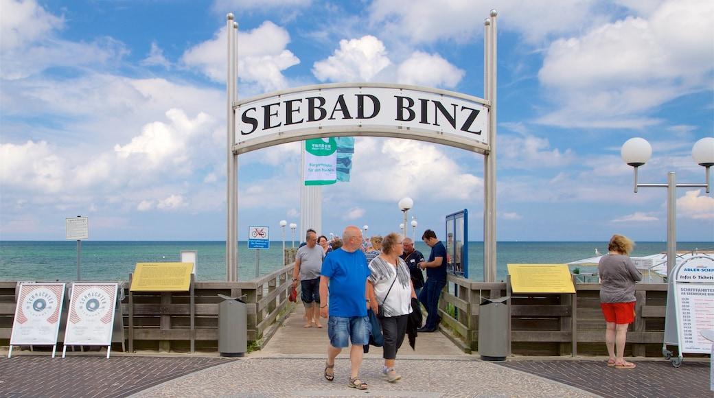 Jetée de Binz montrant vues littorales et signalisation aussi bien que petit groupe de personnes