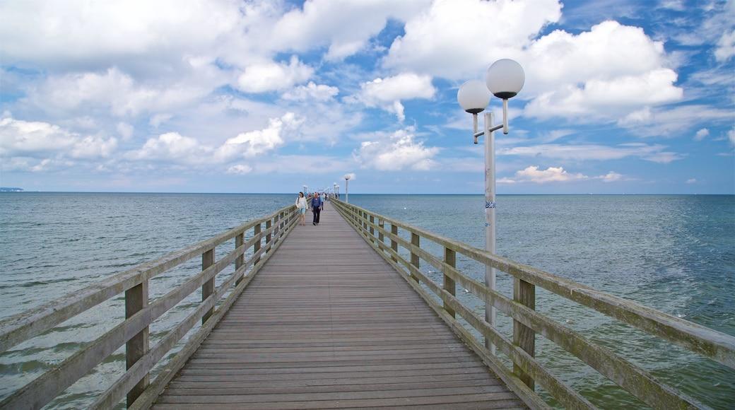 Jetée de Binz qui includes vues littorales aussi bien que couple