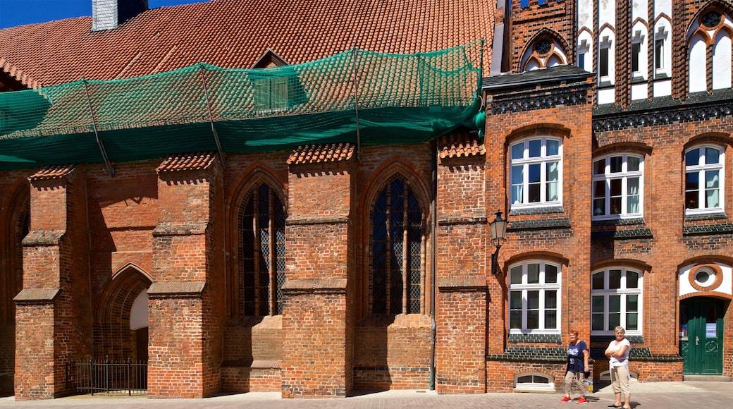 Heiligen-Geist-Kirche das einen historische Architektur und Straßenszenen sowie Paar