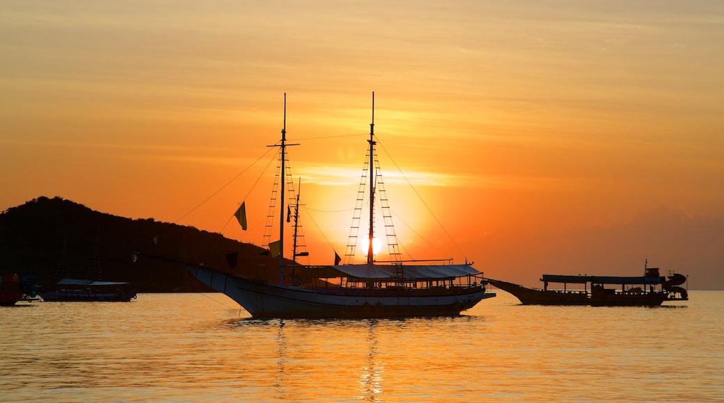 Búzios que inclui um pôr do sol e uma baía ou porto