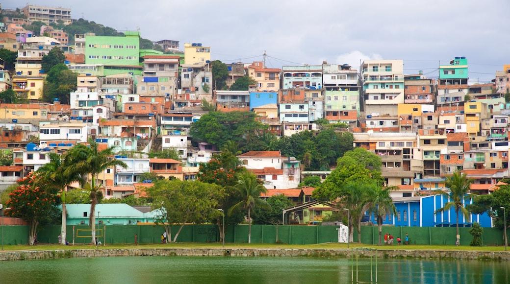 Parque Público Hermes Barcellos mostrando uma cidade e um lago ou charco