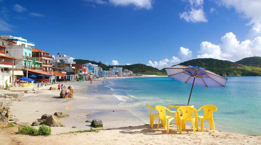 Playa Prainha que incluye una playa de arena, una ciudad costera y vista general a la costa