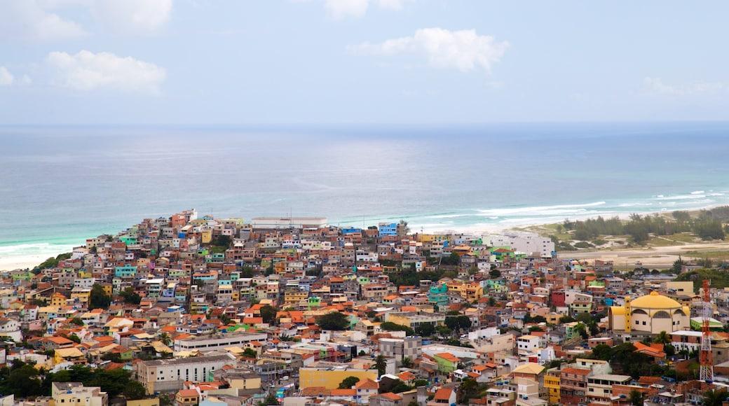 Mirante do Pontal do Atalaia que inclui paisagem, paisagens litorâneas e uma cidade litorânea