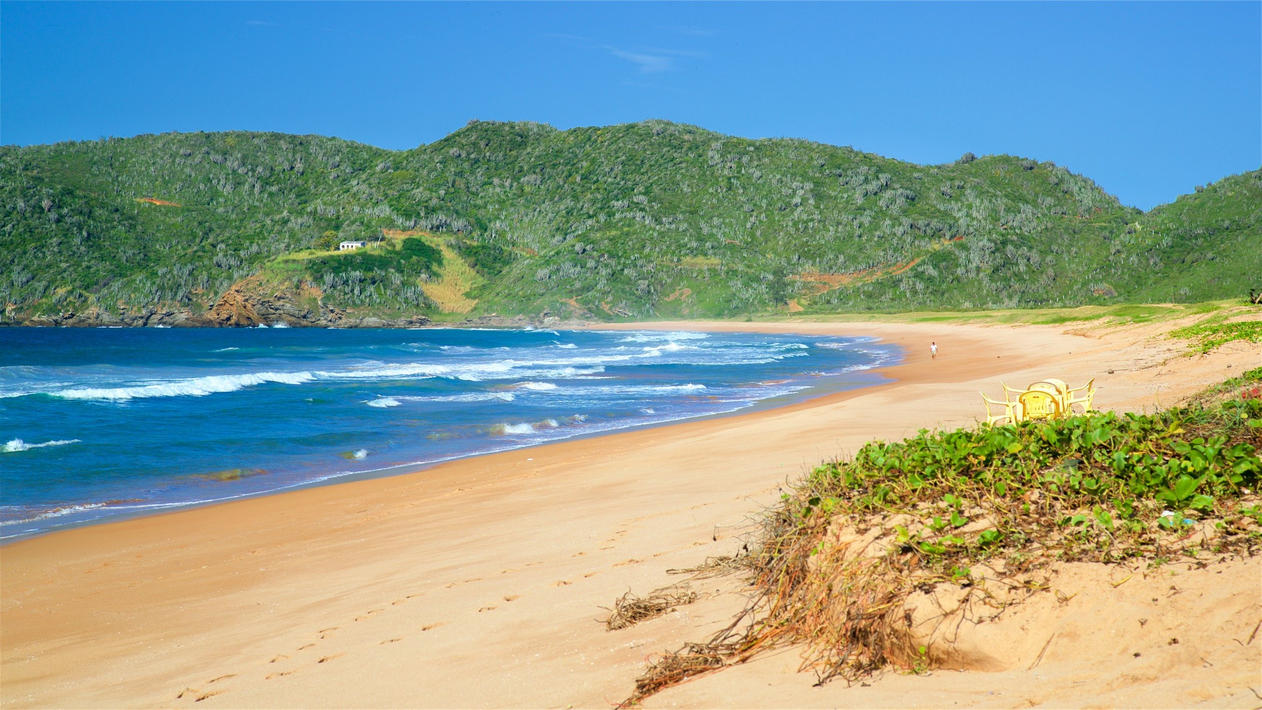 Go surfing on the large waves and watch hang gliders land on this remote strand in the shadow of a nature reserve.