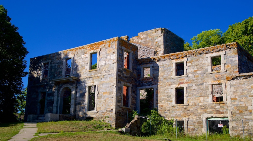 Fort Williams Park which includes heritage elements and military items