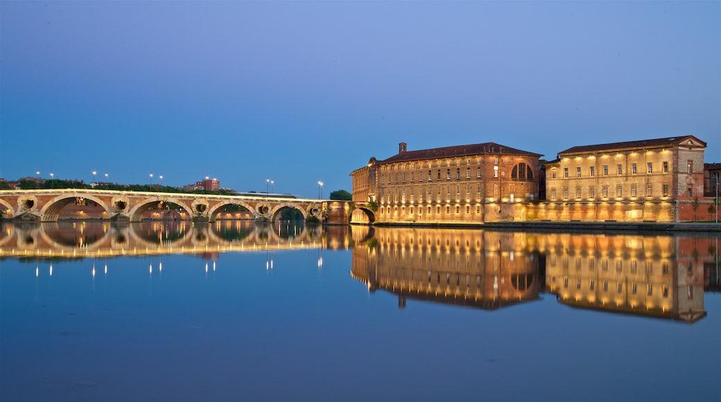 Pont Neuf som inkluderer historisk arkitektur, nattbilder og innsjø