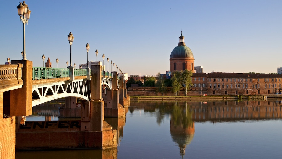 Garonne inclusief historische architectuur, een rivier of beek en een zonsondergang