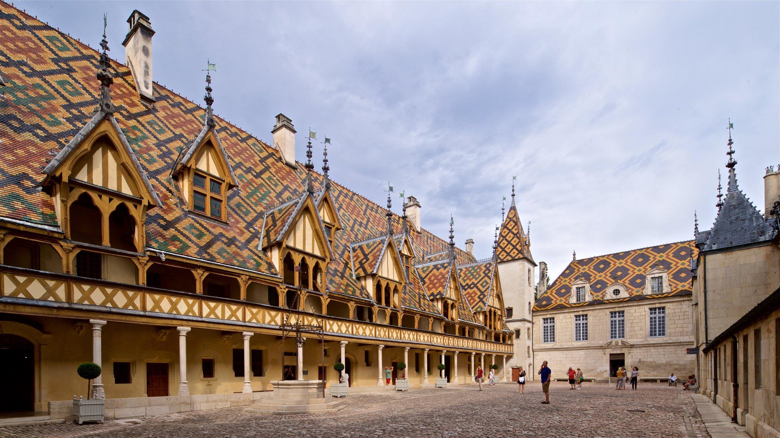 Parmi les sites les plus célèbres de Beaune se trouve cet ancien hôpital, doté d'un toit orné de carreaux de céramique scintillants.