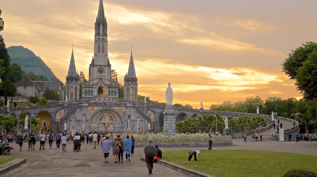 Lourdes - Tarbes montrant coucher de soleil, église ou cathédrale et patrimoine architectural