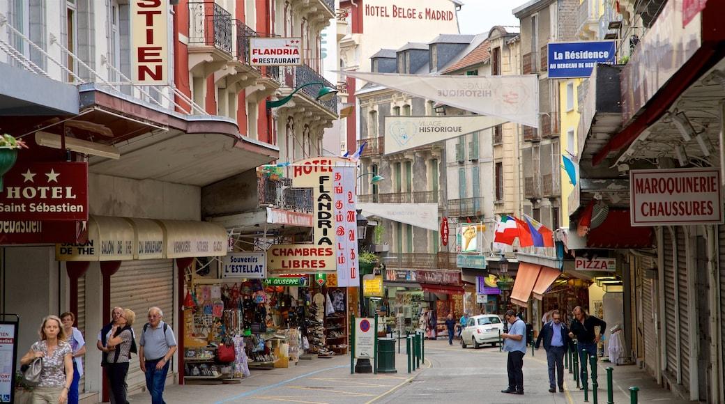 Lourdes - Tarbes mettant en vedette scènes de rue et ville aussi bien que petit groupe de personnes