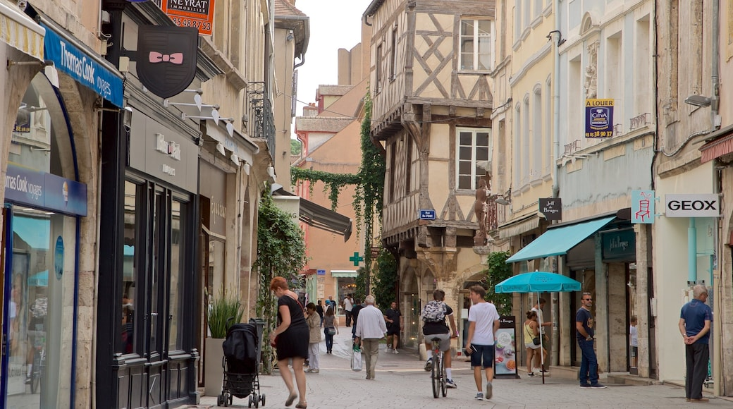 Chalon-sur-Saône welches beinhaltet Stadt und Straßenszenen sowie kleine Menschengruppe
