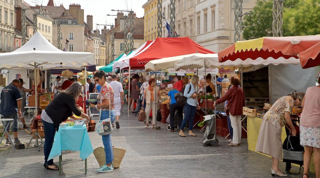 Chalon-sur-Saône welches beinhaltet Straßenszenen und Märkte sowie kleine Menschengruppe