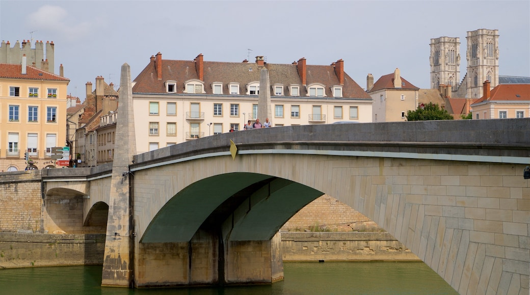Chalon-sur-Saône mit einem Stadt, Brücke und Fluss oder Bach