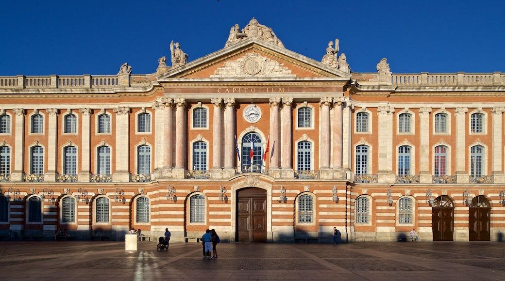 Capitole de Toulouse montrant scènes de rue, square ou place et patrimoine architectural