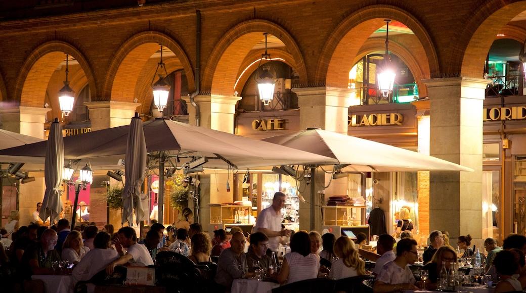 Capitole de Toulouse qui includes scènes de nuit et sortie au restaurant aussi bien que petit groupe de personnes