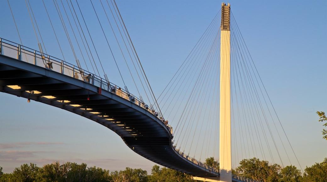 鮑勃克里人行天橋 呈现出 夕陽 和 橋樑