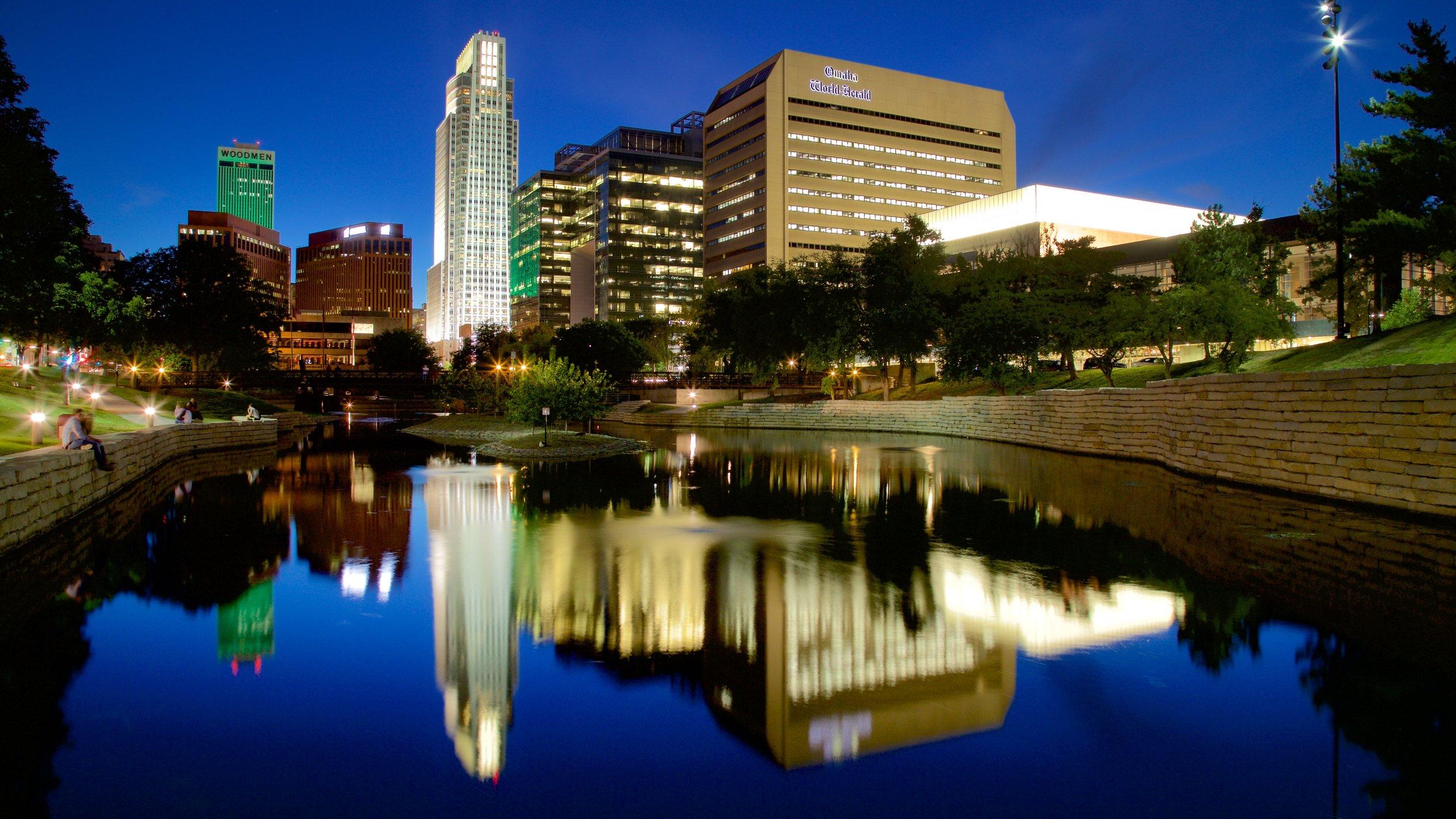 Omaha johon kuuluu kaupunki, joki tai puro ja korkea rakennus