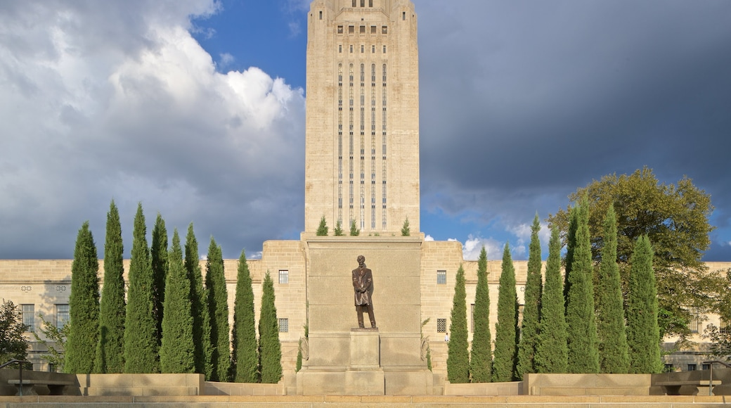 Nebraska State Capitol which includes heritage architecture and a statue or sculpture