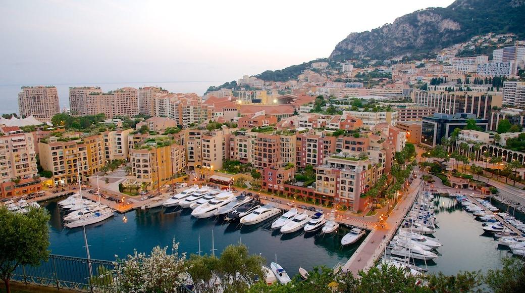 Monaco qui includes ville côtière, baie ou port et ville