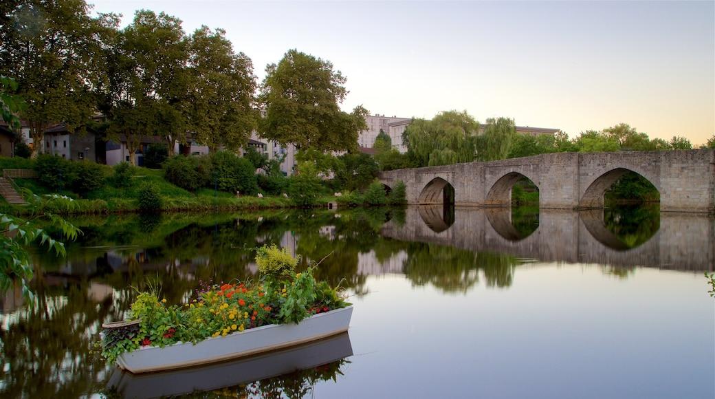 Limoges mettant en vedette pont, rivière ou ruisseau et coucher de soleil