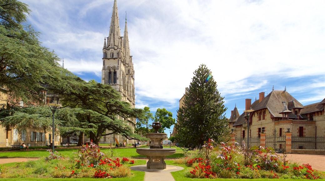Kathedrale Notre-Dame de Moulins welches beinhaltet Springbrunnen, historische Architektur und Kirche oder Kathedrale