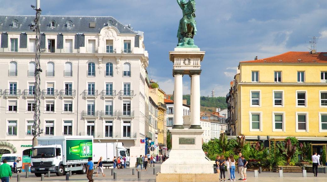 Vercingétorix Statue montrant monument et ville