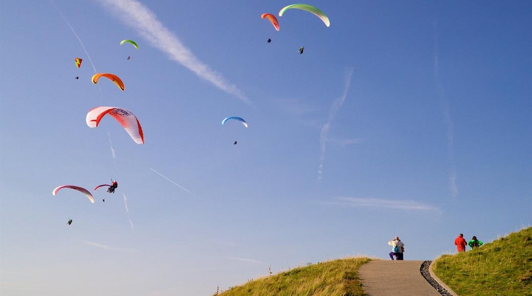 Puy-de-Dôme qui includes parachutisme et panoramas aussi bien que petit groupe de personnes