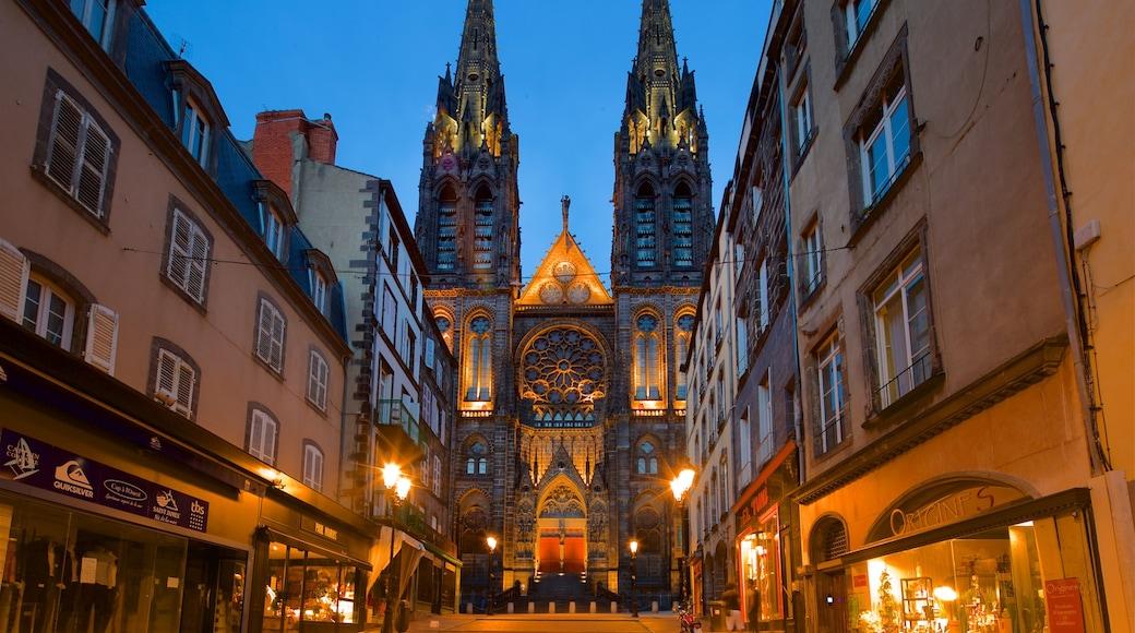 Cathédrale de Clermont-Ferrand montrant ville, scènes de nuit et patrimoine architectural