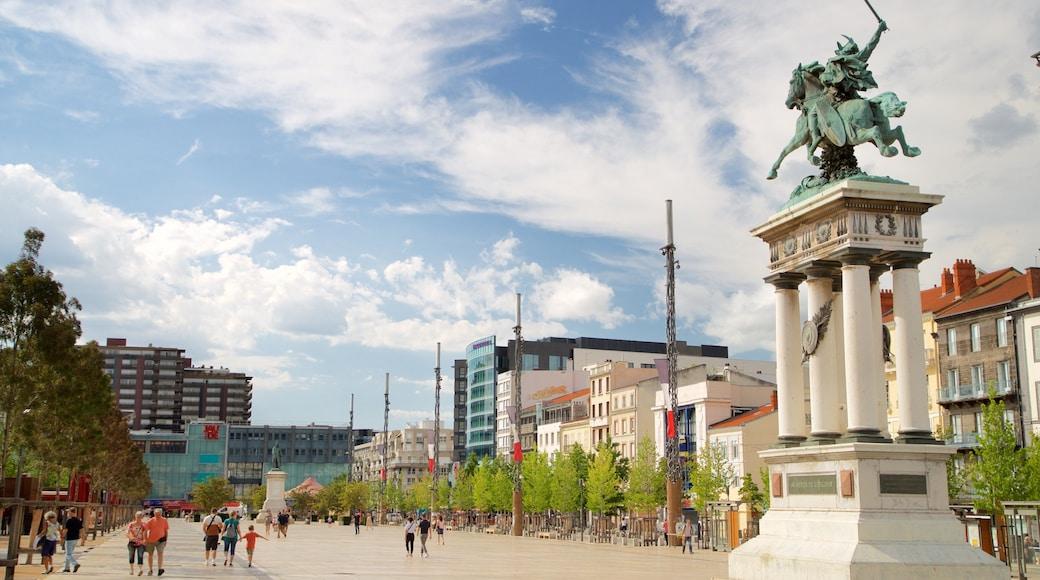 Vercingétorix Statue qui includes statue ou sculpture, square ou place et ville