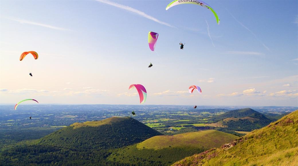 Puy-de-Dôme montrant parachutisme, coucher de soleil et panoramas
