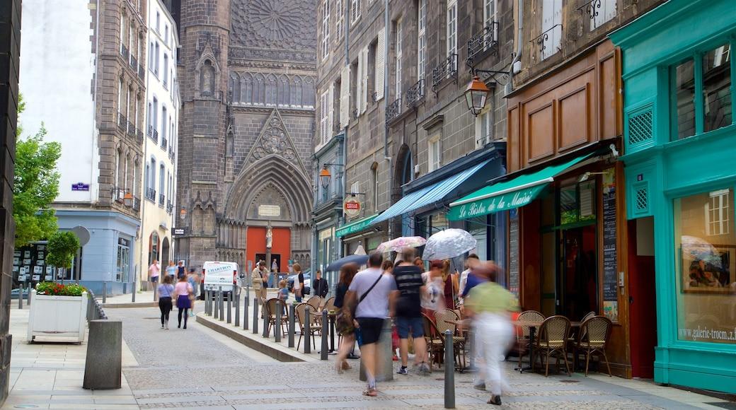 Cathédrale de Clermont-Ferrand montrant ville et scènes de rue aussi bien que petit groupe de personnes