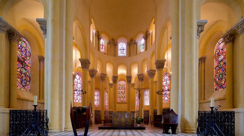 Basilica of Notre-Dame-du-Port montrant patrimoine historique, église ou cathédrale et vues intérieures