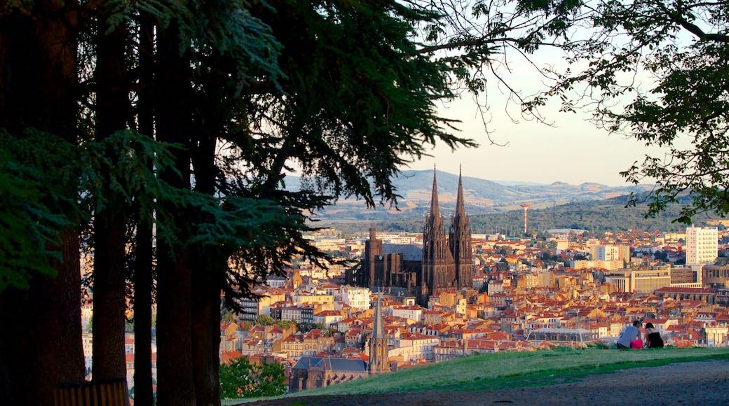 Montjuzet Park mettant en vedette patrimoine architectural, ville et panoramas
