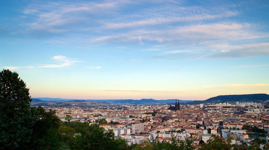 Montjuzet Park montrant panoramas, coucher de soleil et ville