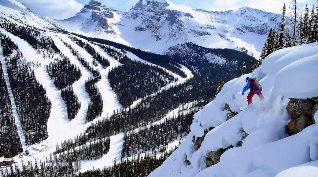 Sunshine Village showing mountains, snowboarding and landscape views