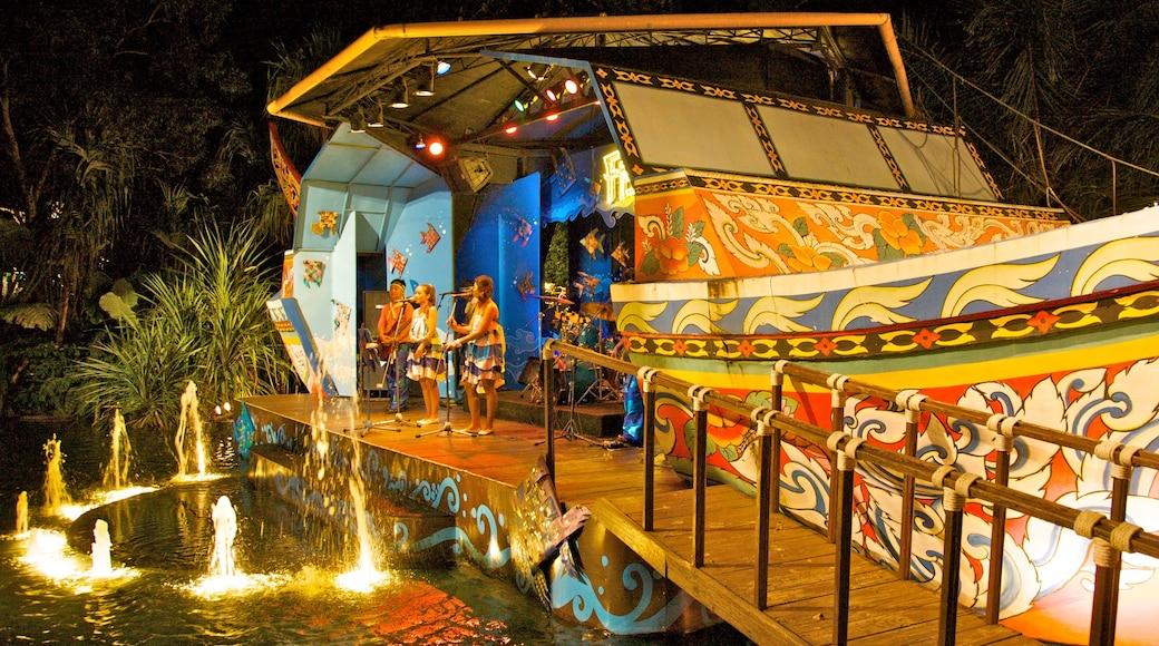 Phuket Fantasea mostrando paesaggio notturno, fontana e performance d\'arte