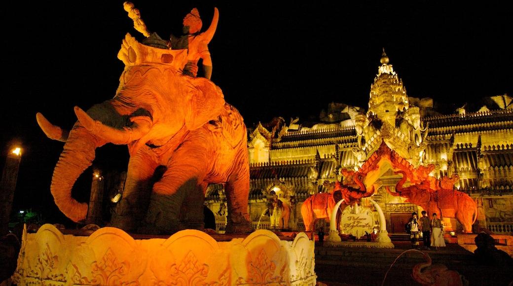 Phuket Fantasea che include statua o scultura, architettura d\'epoca e paesaggio notturno