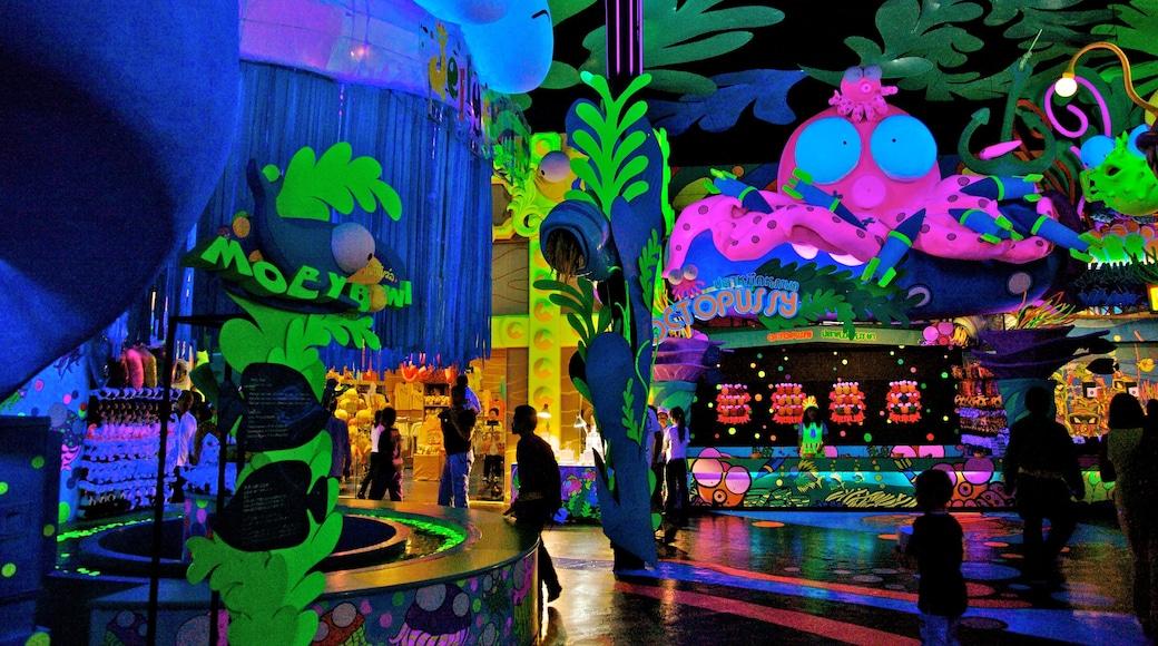 Phuket Fantasea mostrando giro, paesaggio notturno e arte