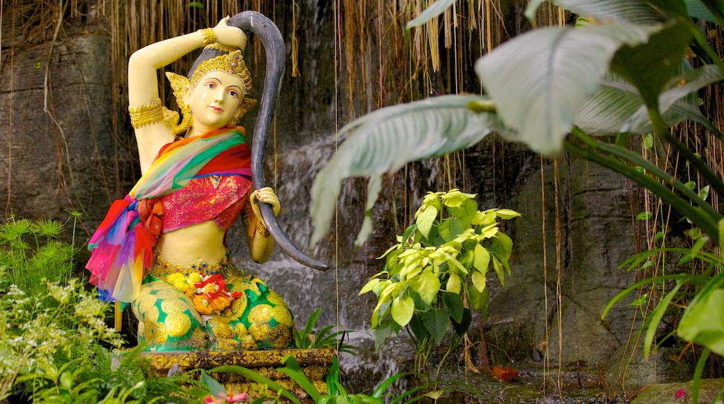 Wat Saket showing a statue or sculpture and a garden