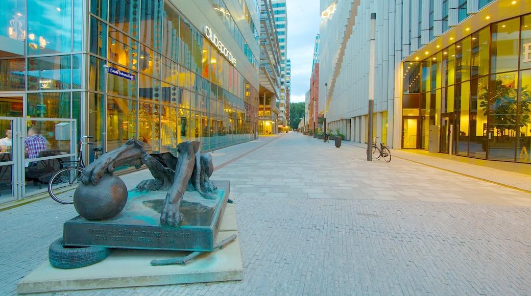 World Trade Center featuring katunäkymät, kaupunki ja patsas tai veistos