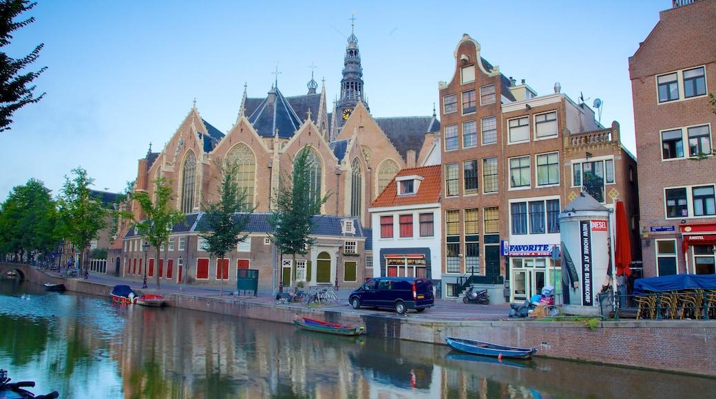 Red Light District som visar en stad, en kyrka eller katedral och gatuliv