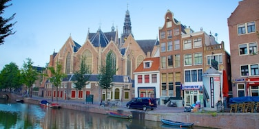 Barrio rojo que incluye una iglesia o catedral, escenas cotidianas y un río o arroyo