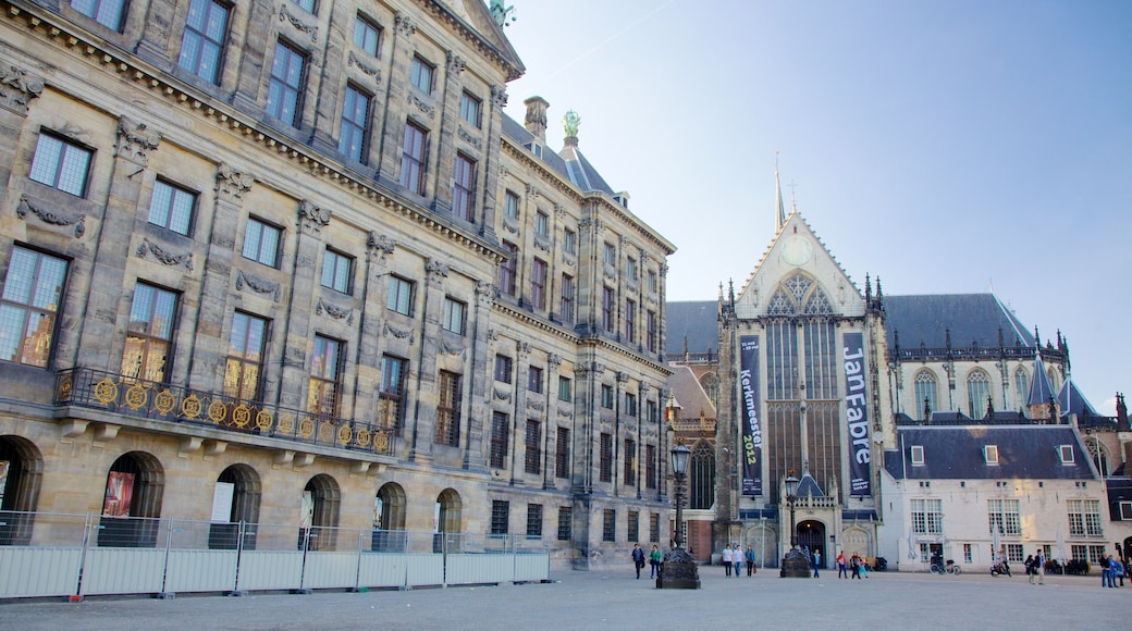 Dam Square showing heritage architecture, street scenes and a city