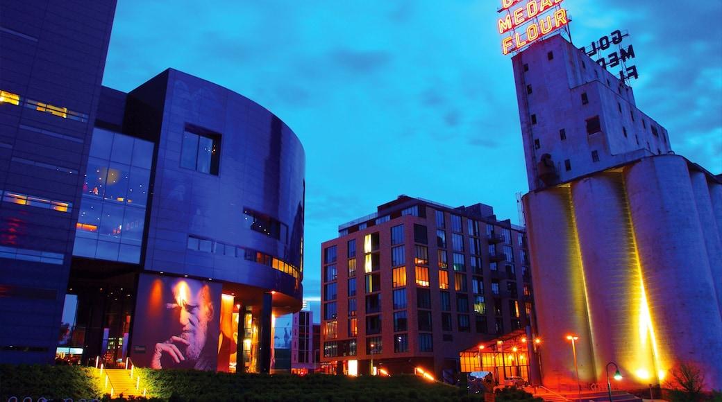 Guthrie Theater mostrando arquitectura moderna, señalización y escenas nocturnas