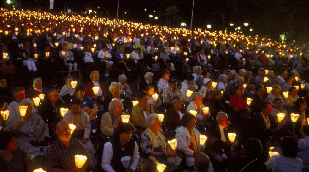 Lourdes qui includes arts de la scène et scènes de nuit aussi bien que important groupe de personnes