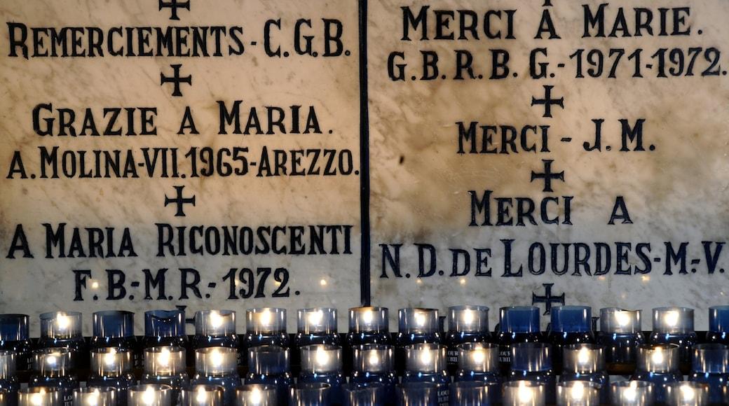 Lourdes qui includes signalisation et vues intérieures